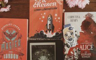 """Bücher September. Zu sehen sind: """"Der Magier von London"""", """"Die Sternenvogelreisen"""", """"Brombeerfuchs"""" und """"Die Chroniken von Alice 2"""""""